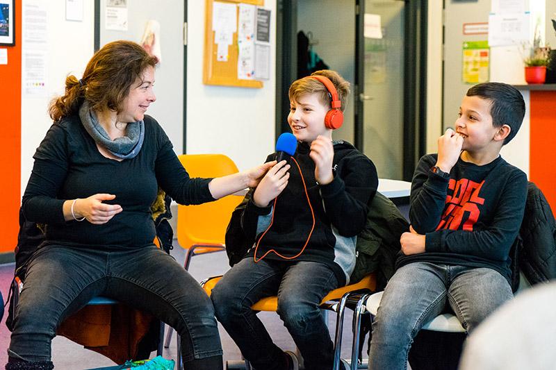 Junge mit Kopfhörern und Aufnahmegerät