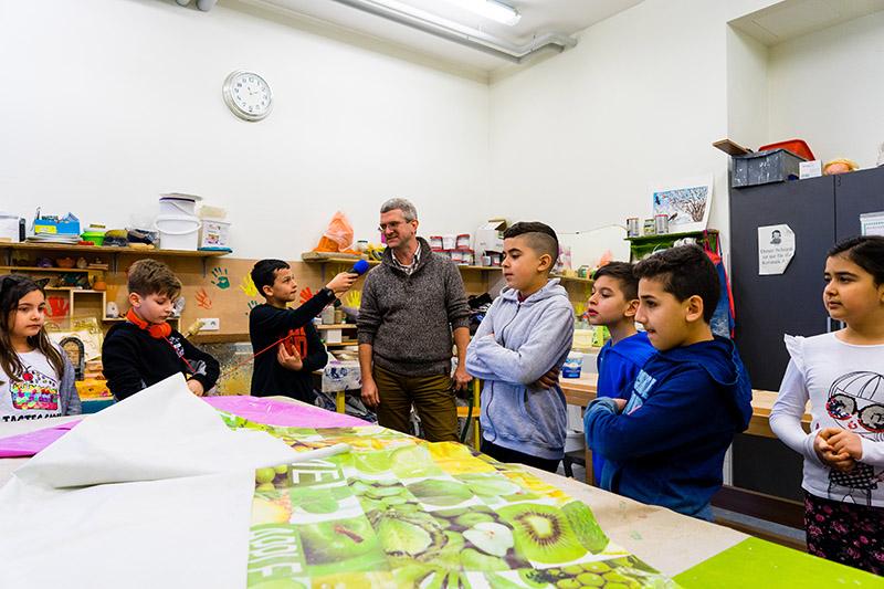 Kinder besuchen eine Werkstatt