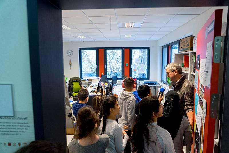 Kinder in einem Büroraum