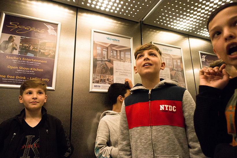 Kids im Fahrstuhl