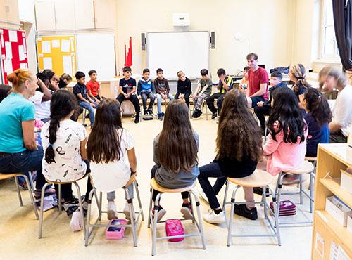 Begrüßungsrunde im Klassenzimmer