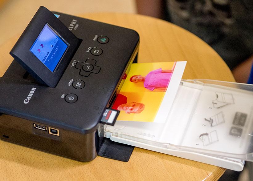 kleiner Drucker druckt Foto aus