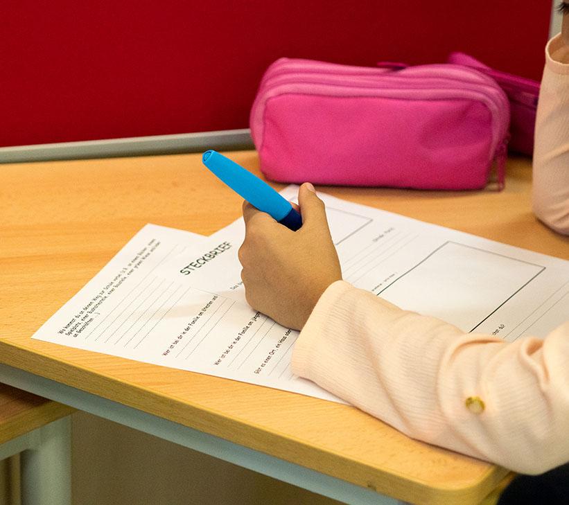 Hand mit Stift und Papier