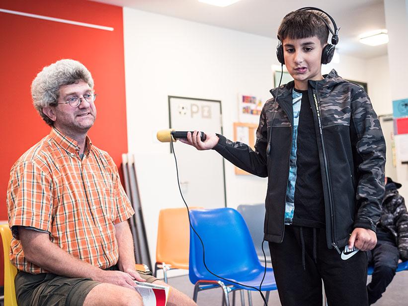 Junge interviewt einen Mann