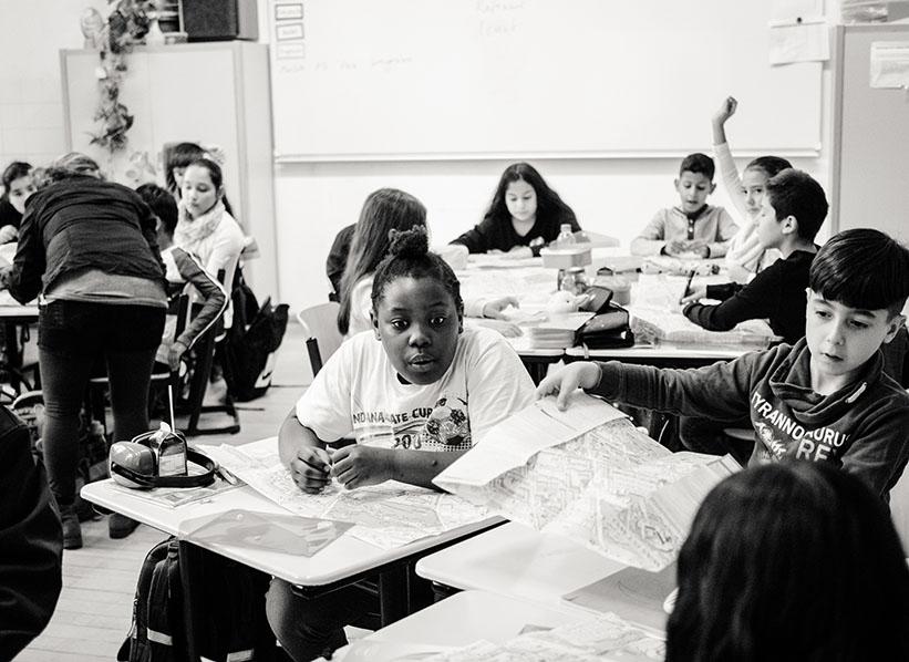 sw-Foto: Kinder beschäftigen sich mit Faltplänen