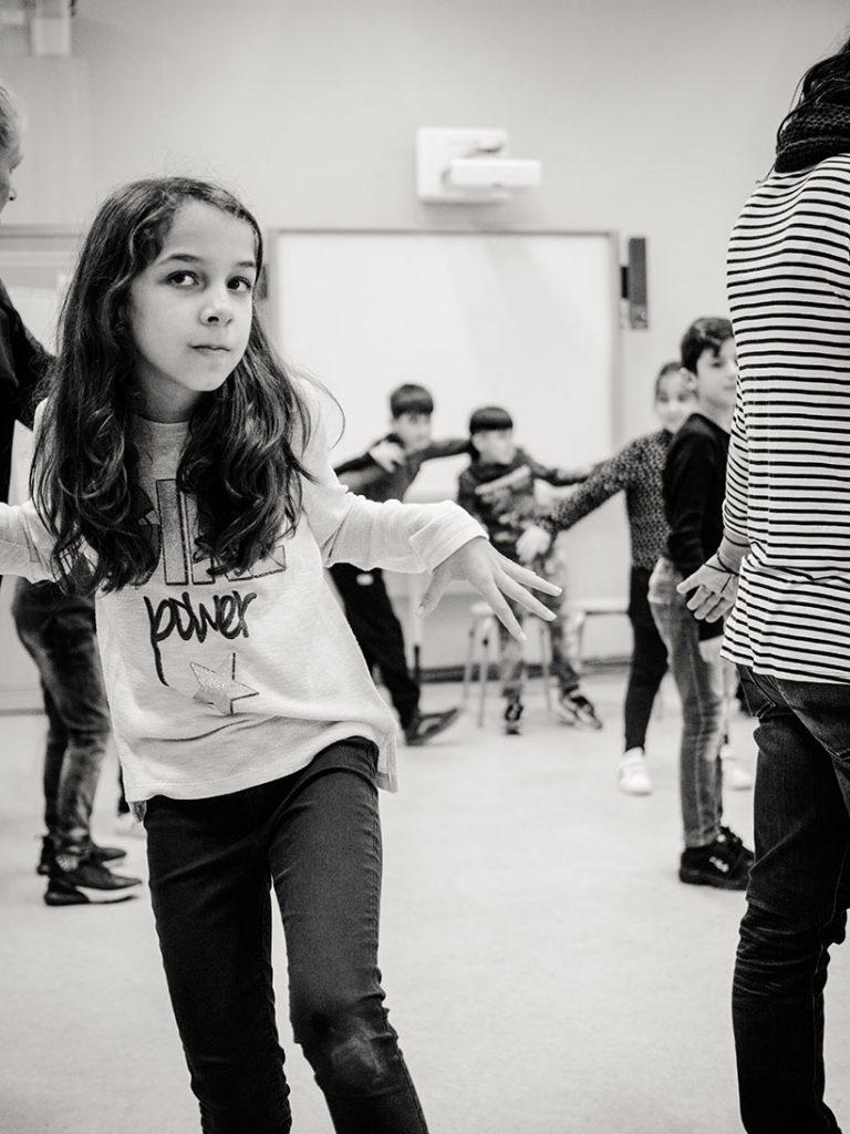 sw-Foto: Mädchen in eingefrorener Bewegung