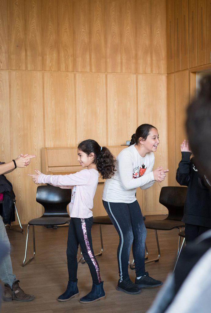 Kinder machen Bewegungen