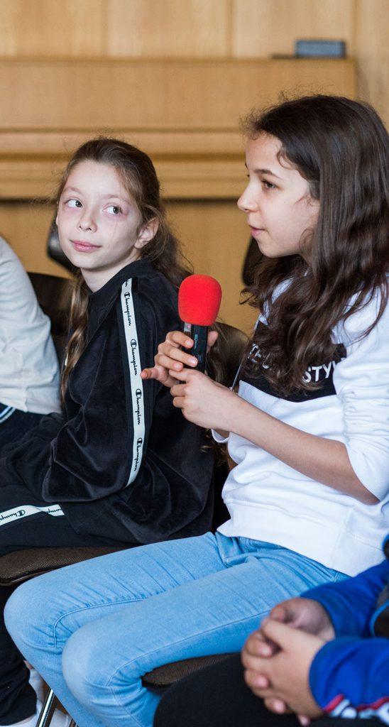 Mädchen erzählt ins Mikrophon