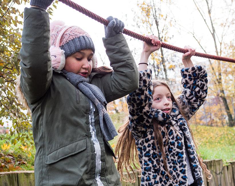 zwei Mädchen auf dem Spielplatz