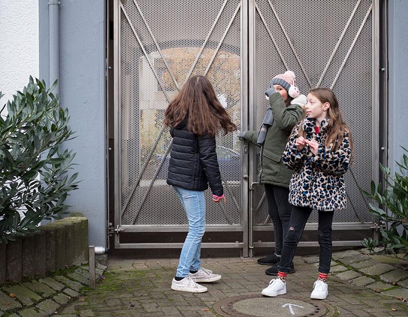 Kinder an einer verschlossen Tür
