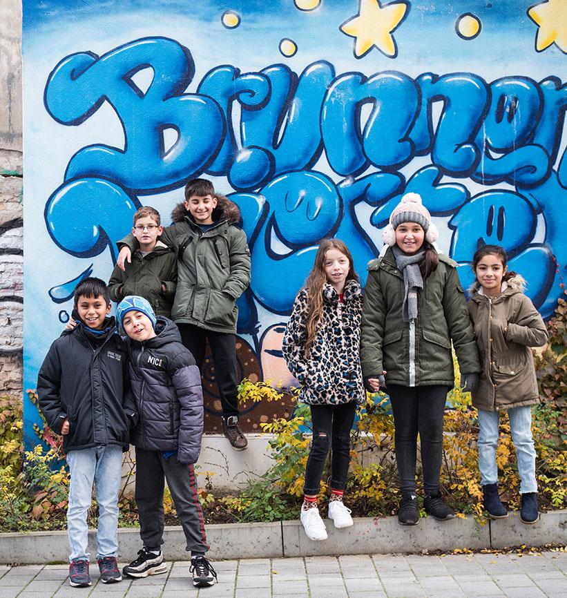 Kinder vor einem Graffiti
