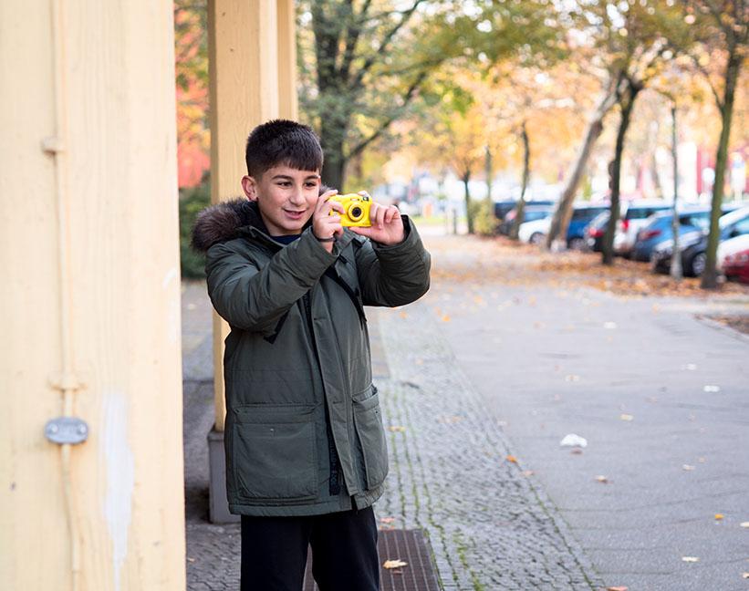 Junge fotografiert