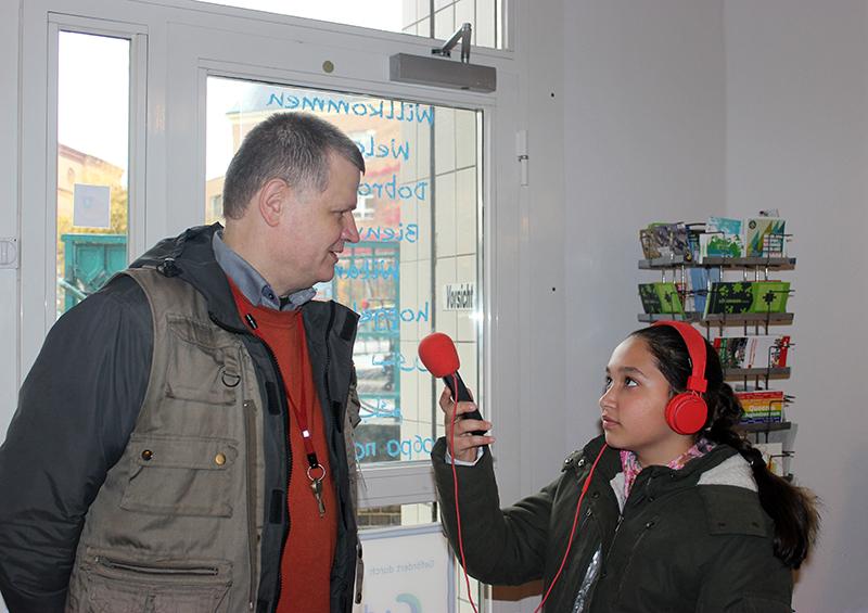 Mädchen interviewt Mann