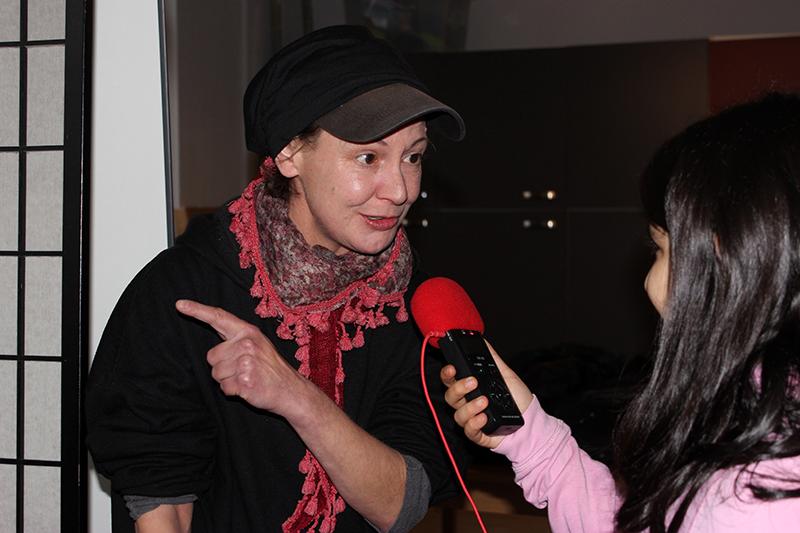 Mädchen interviewt Frau