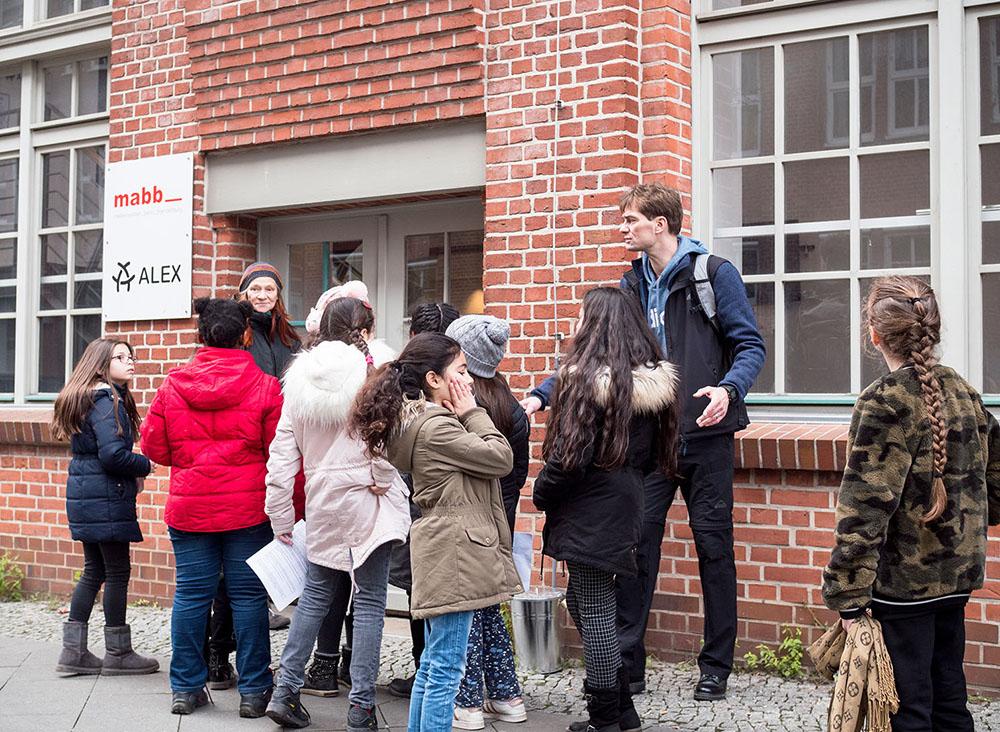 Gruppe vor Eingangstür