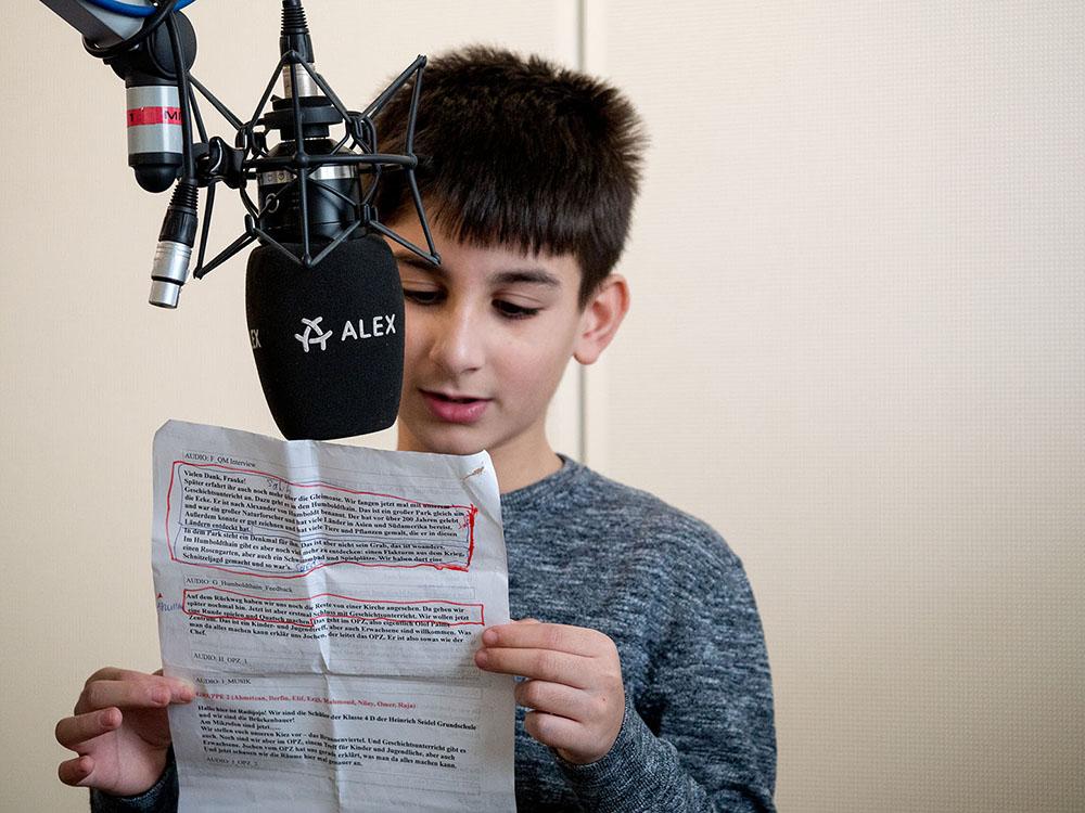 Junge am Mikrofon