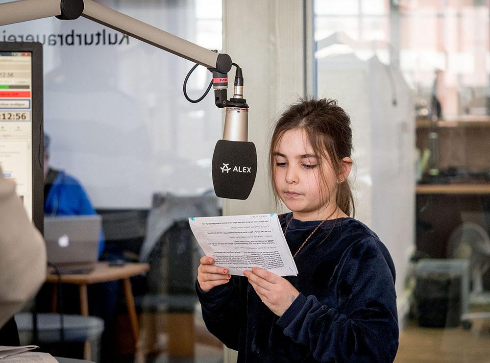 Mädchen am Mikrofon