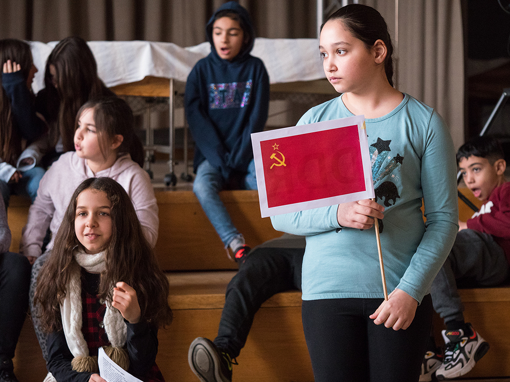 Mädchen mit Papierfahne