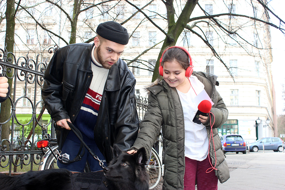 Mädchen streichelt Hund