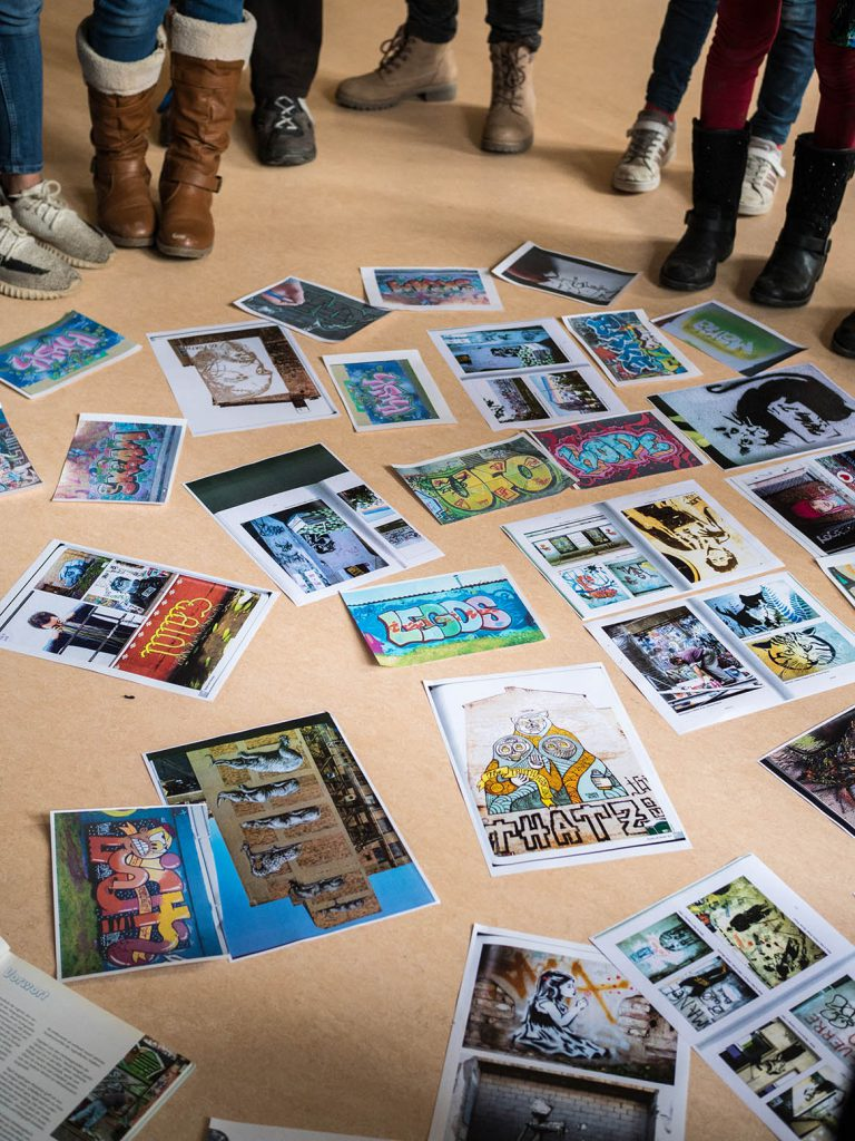 Streetartbilder liegen auf dem Boden