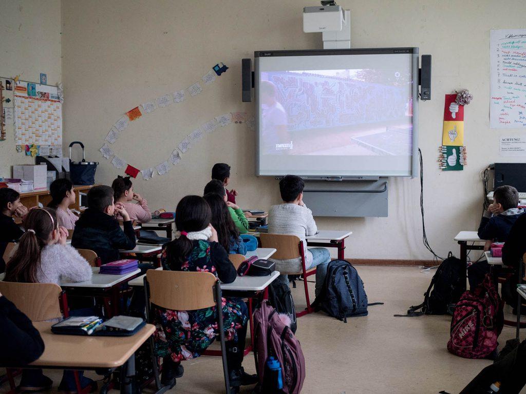 Film anschauen im Klassenzimmer