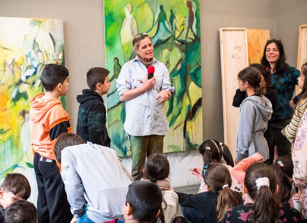 Kinder zu Besuch in einem Malerinatelier