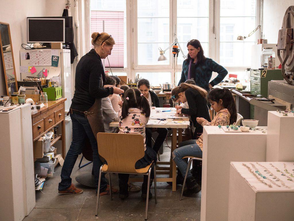 Kinder in einer Werkstatt