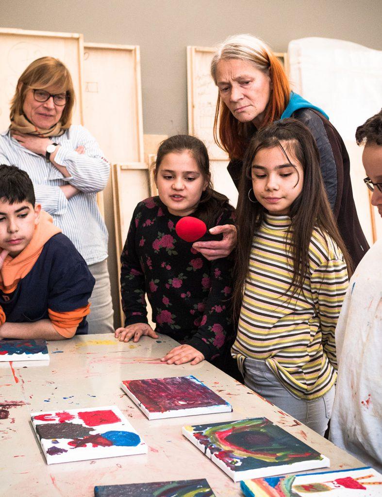 Kinder gucken ihre Bilder an