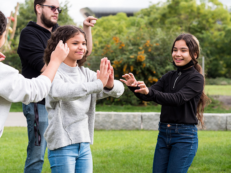Kinder machen ein Bewegungsspiel