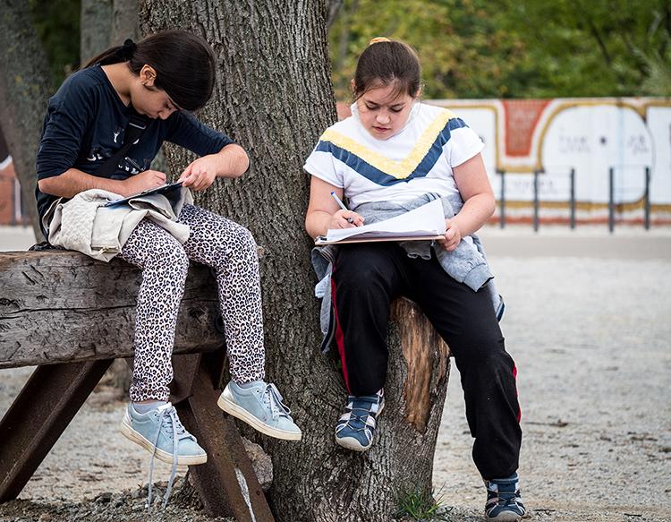 zwei Mädchen zeichnen