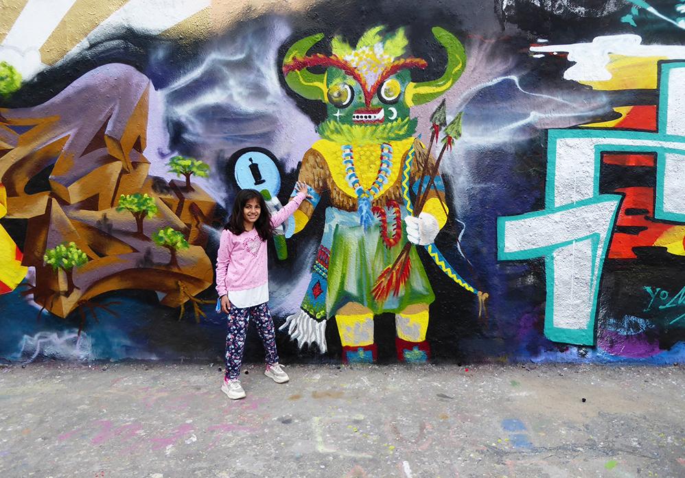 Mädchen vor Graffiti